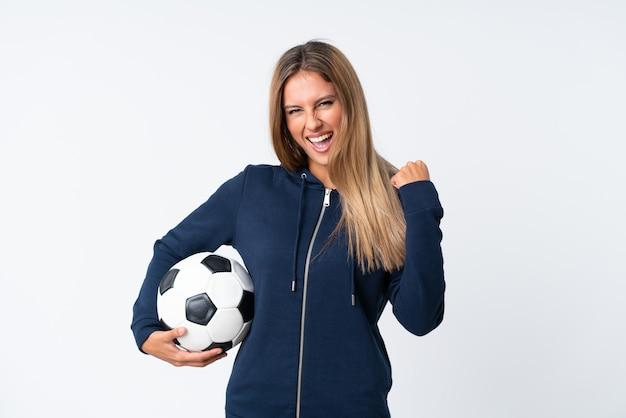 Mujer joven jugador de fútbol sobre blanco aislado
