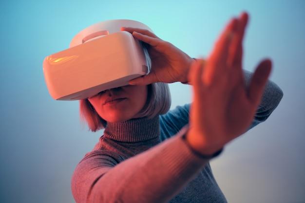 Mujer joven jugando con gafas vr tocando aire