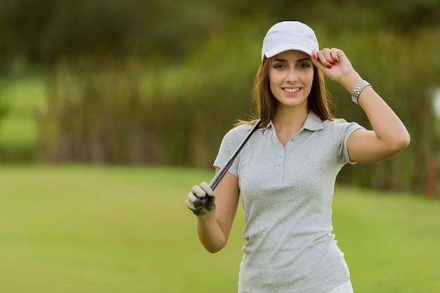 Mujer joven, jugando golf
