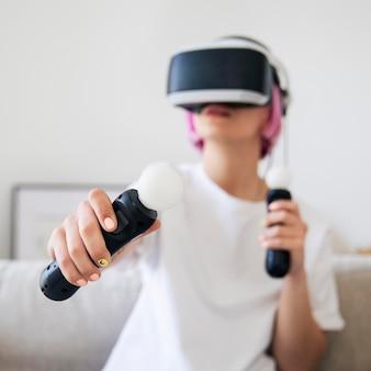 Mujer joven jugando un juego de realidad virtual