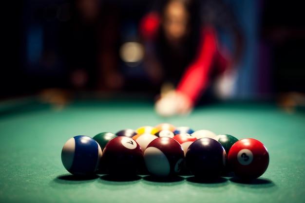 Mujer joven, jugar al billar