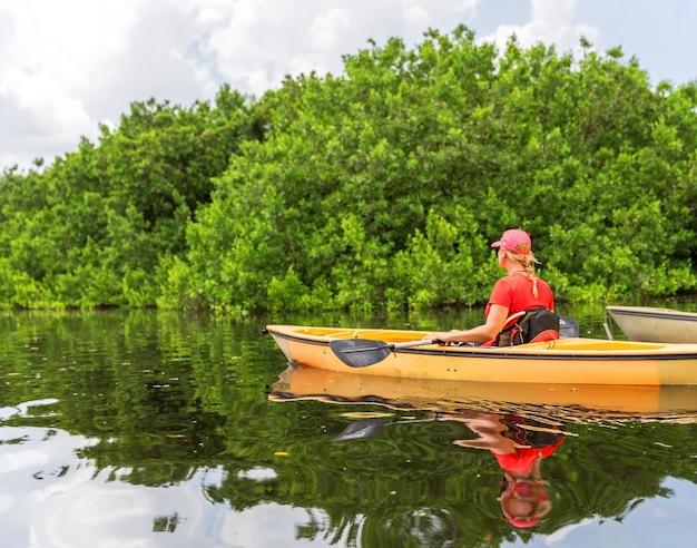 Mujer joven en kayak en el parque nacional everglades