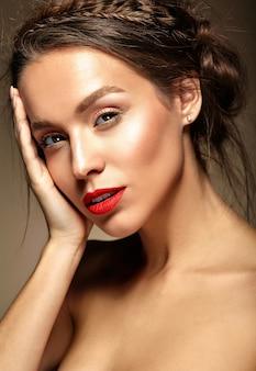 Mujer joven con labios rojos y peinado ondulado
