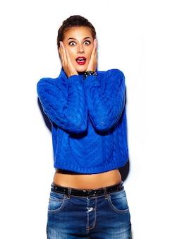Mujer joven con labios rojos y suéter azul