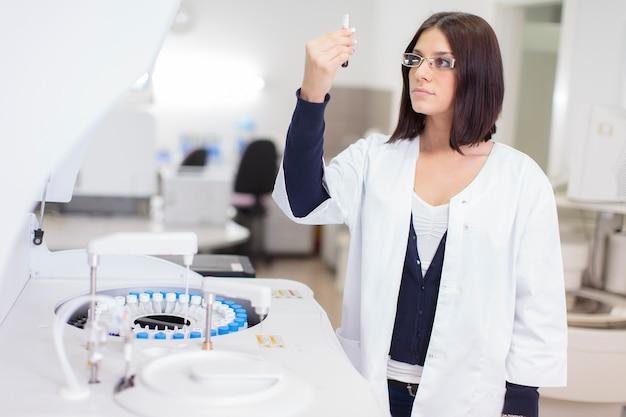 Mujer joven en el laboratorio médico