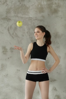 Mujer joven, lanzamiento, manzana