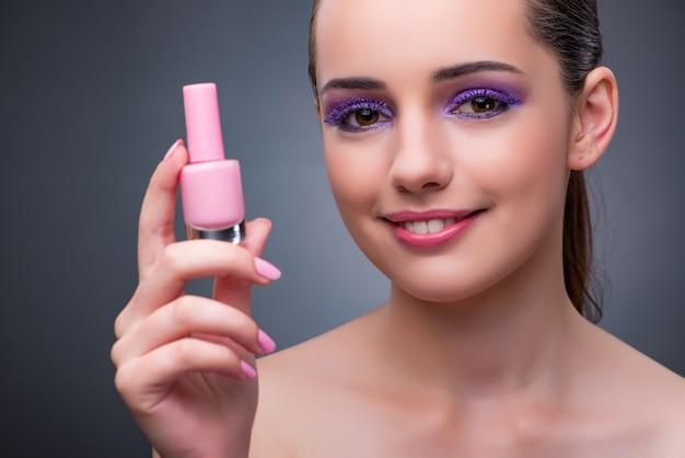 Mujer joven con lápiz labial en concepto beaut