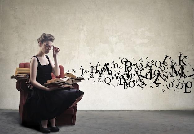 Mujer joven, lectura, en, un, sillón