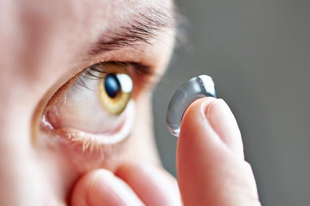 Mujer joven con lentes de contacto