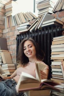 Mujer joven leyendo un libro en casa