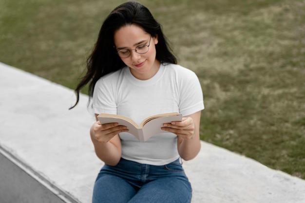 Mujer joven leyendo un libro interesante