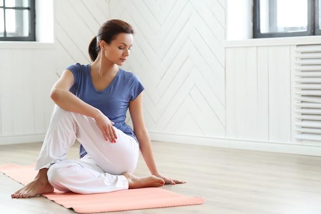 Mujer joven lista para hacer ejercicios de yoga