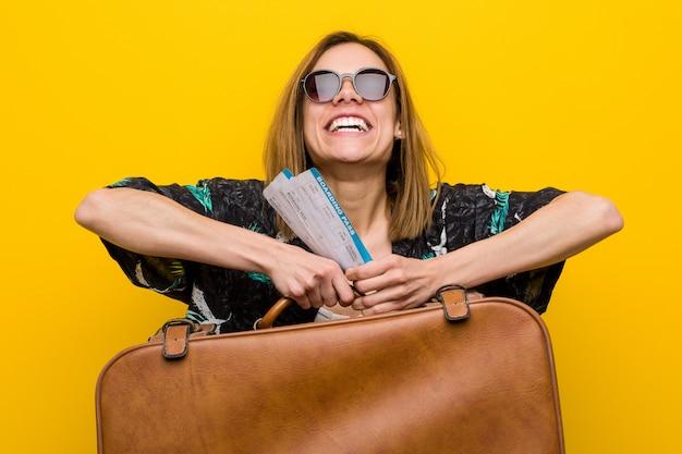 Mujer joven lista para ir de vacaciones