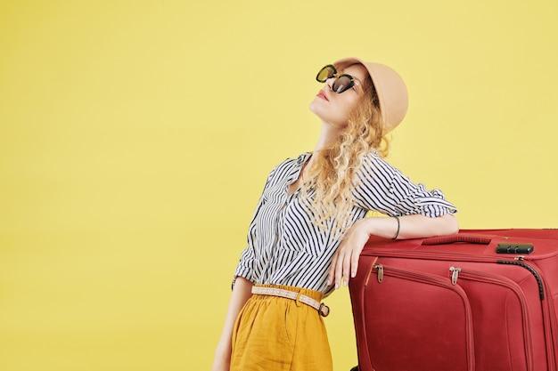 Mujer joven lista para vacaciones