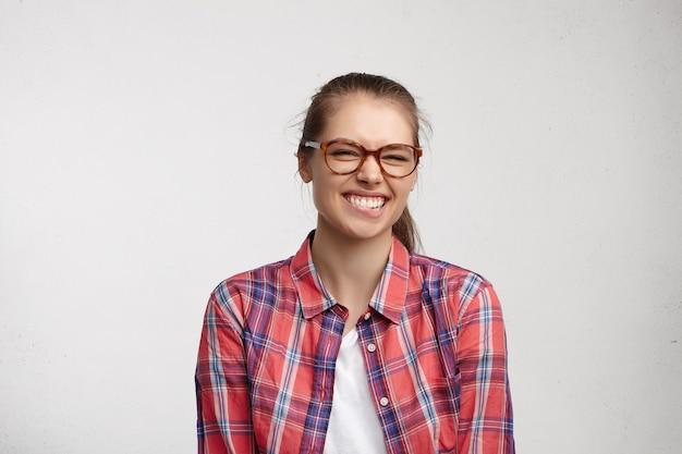 Mujer joven, llevando, camisa a rayas, y, anteojos
