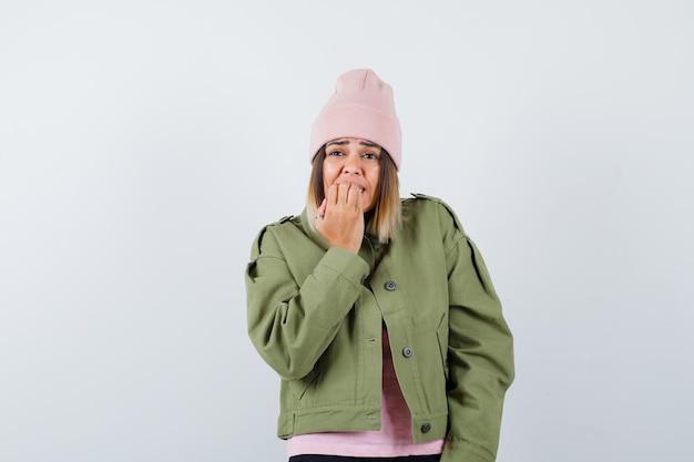 Mujer joven, llevando, un, chaqueta, y, un, sombrero rosa