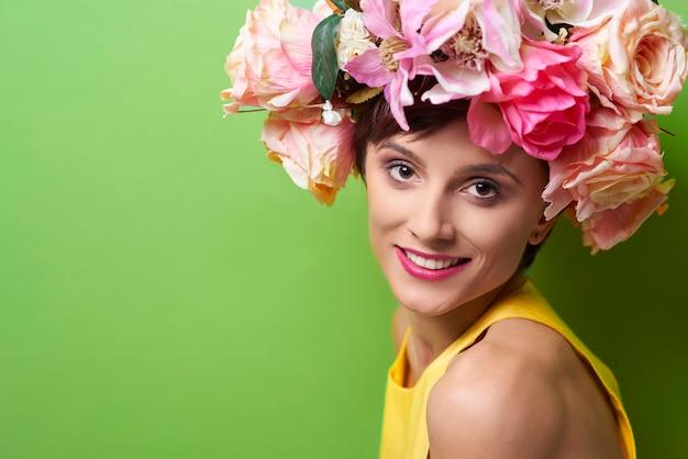 Mujer joven, llevando, floral, guirnalda