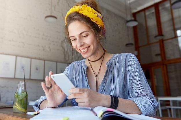 Mujer joven, llevando, pañuelo, y, estudiar, en, café