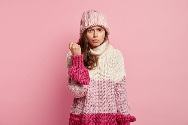 Mujer joven, llevando, ropa de invierno