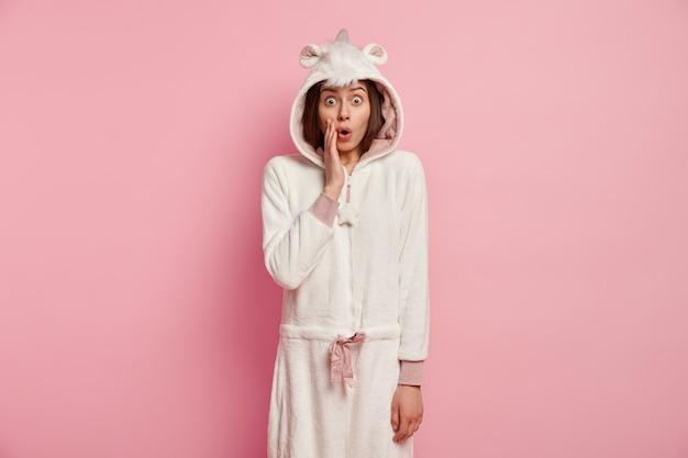Mujer joven, llevando, unicornio, pijama