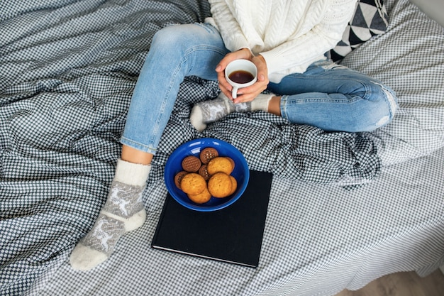 Mujer joven en la mañana de invierno