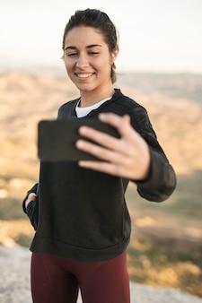 Mujer joven maqueta tomando selfie