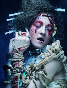 Mujer joven con maquillaje creativo. tema de halloween.