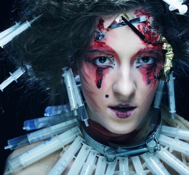 Mujer joven con maquillaje creativo.