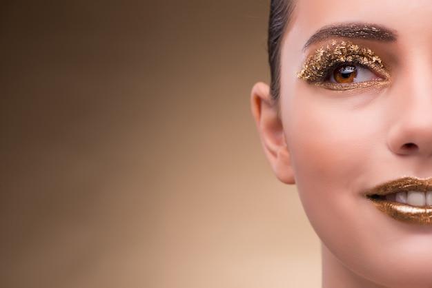 Mujer joven con maquillaje elegante