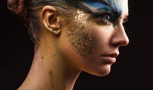 Mujer joven con maquillaje de fantasía