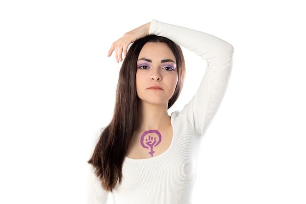 Mujer joven con maquillaje morado y con el concepto de activismo feminista dibujando en su cuerpo aislado