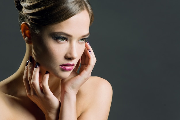 Mujer joven con maquillaje de noche.