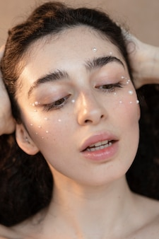Mujer joven con maquillaje de perlas