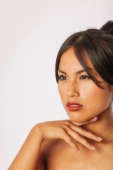 Mujer joven con maquillaje posando