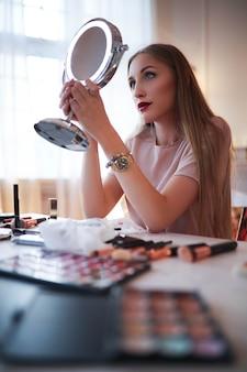 Mujer joven maquillarse