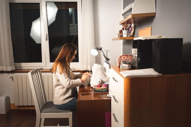 Mujer joven con una máquina de coser
