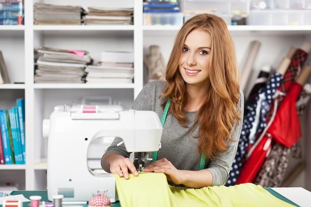 Mujer joven en una máquina de coser