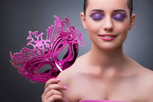 Mujer joven con máscara de carnaval