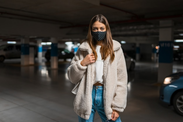 Mujer joven con máscara en el centro comercial.