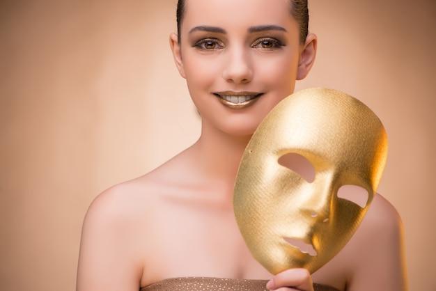 Mujer joven con máscara en concepto de carnaval
