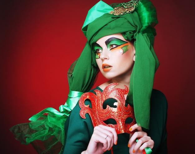 Mujer joven con una máscara