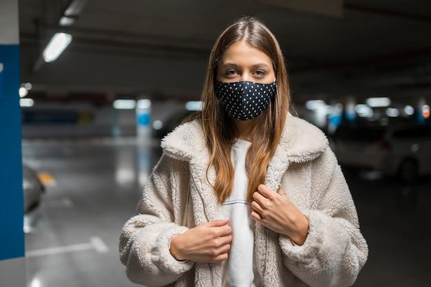 Mujer joven, en, máscara