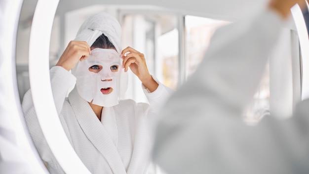 Mujer joven con una mascarilla de belleza