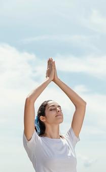 Mujer joven, meditar, aire libre