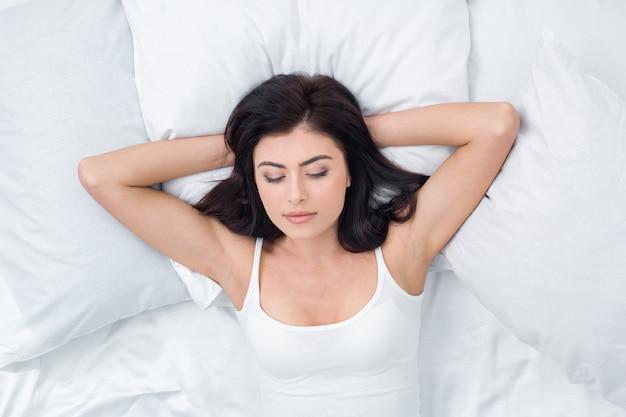 Mujer joven, mentira en cama, concepto