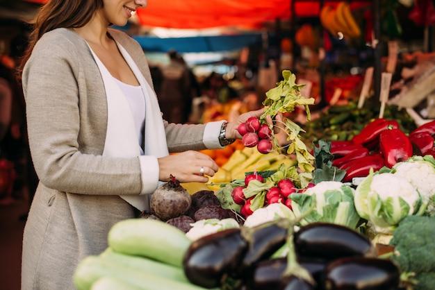 Mujer joven en el mercado.