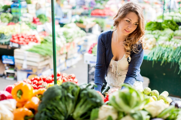 Mujer joven en el mercado