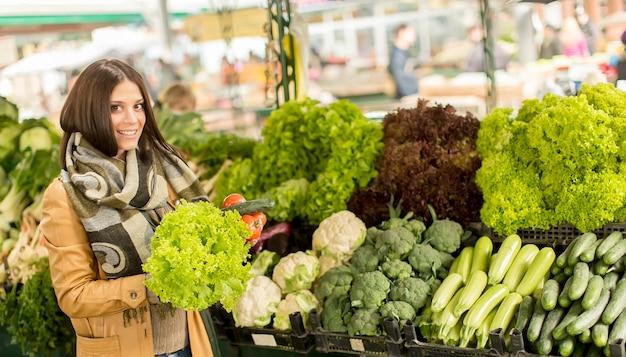 Mujer joven, en el mercado