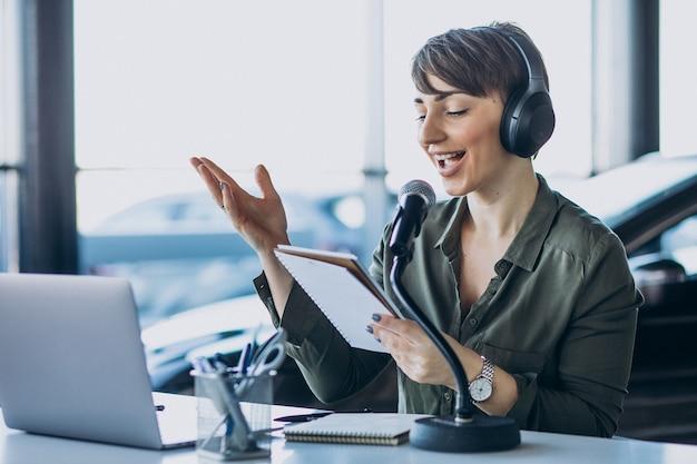 Mujer joven, con, micrófono, grabación, voz actuando