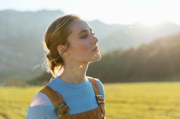 Mujer joven mirando levantando la cabeza